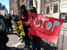 Końcówki napad z bronią w ręku Teraz, przerwa, Marzec dla Nasz żyć, protest, NYC, NY, usa Zdjęcia Royalty Free