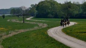Końscy jeźdzowie na drodze zdjęcie wideo