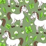 Końska kreskówka rysuje bezszwowego wzór, wektorowa ilustracja Śmieszni śliczni malujący białego konia kwiaty i koniczyna liście  Zdjęcia Stock