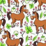 Końska kreskówka rysuje bezszwowego wzór, wektorowa ilustracja Śmieszny śliczny malujący brown koń, menchia kwiaty i koniczyna li Zdjęcia Royalty Free