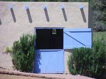 Końska stajenka z błękitnym drzwi zdjęcie stock