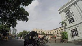 Koński kareciany omijanie Odnawiącym administracyjnym budynkiem wśrodku Intramuros izolującego miasta zbiory wideo