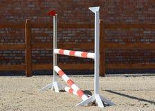 Końskiego przedstawienia skokowe przeszkody na stajence zdjęcie royalty free