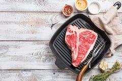 Kość stek na smażyć grill nieckę zdjęcia stock