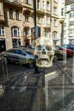 Kośćcowa głowa i odbicie uliczny sklepowy okno Zdjęcie Royalty Free