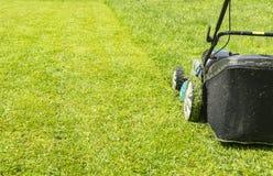 Kośba gazony, gazonu kosiarz na zielonej trawie, kosiarz trawy wyposażenie, kośby ogrodniczki opieki pracy narzędzie, zakończenie Obrazy Stock