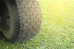 Kośba lub rozcięcie długa trawa z zielonym gazonu kosiarzem z bu fotografia royalty free