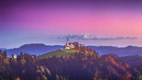 Kościół Świątobliwi Leonard stojaki na Kościelnym wzgórzu blisko Crni Vrh wioski obraz royalty free