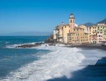 Kościół Camogli w dniu denna burza która przytłacza plażę Obrazy Stock