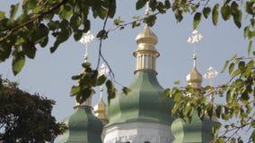 Kościół Chrześcijański wśród liści i drzew zdjęcie wideo