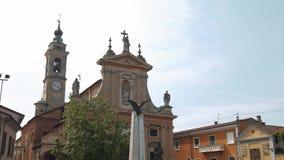 Kościół, domy i wojenny pomnik w Gravellona Lomellin, PV, Włochy zbiory wideo