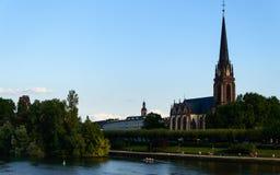 Kościół am Główna rzeka w Frankfurt, Niemcy Obrazy Royalty Free