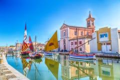 Kościół i łodzie na kanału porcie fotografia royalty free