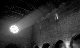 Kościół i światło który filtruje przez róży okno Obraz Royalty Free
