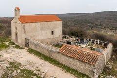 Kościół i cmentarz Lubenice na chmurnym dniu w wiośnie Obraz Royalty Free
