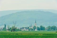 Kościół i góra w tle Obrazy Stock