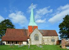 Kościół i iglica St Mary & St Gabriel, Harting, Sussex, UK obrazy royalty free