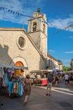 Kościół i kamień ulica z kramami przy zmierzchem w Les Obrazy Stock