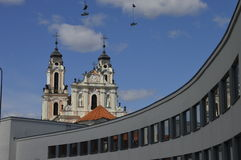 Kościół i obwieszenia buty w Starym miasteczku w Vilnius Zdjęcia Royalty Free