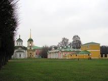 Kościół i pałac na brzeg staw w nieruchomości Hrabiowski Sheremetev obraz royalty free