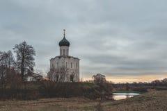 Kościół intercesja na Nerl w opóźnionej jesieni w Bogolyubovo, Vladimir region, Rosja zdjęcia stock