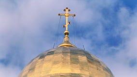 Kościół krzyż z loopable nieba tłem zbiory wideo