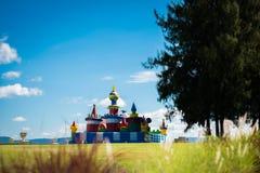 Kościół mosta zieleni pola Fotografia Royalty Free