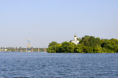 Kościół na banku rzeka Obrazy Royalty Free