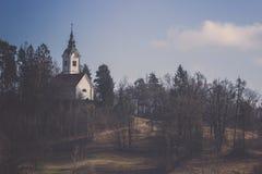 Kościół na jesieni dolinie z drzewa i niebieskiego nieba tłem Obrazy Stock