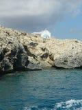 Kościół na skalistym brzeg morze śródziemnomorskie, Cypr Zdjęcie Royalty Free