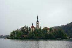 Kościół na wyspie w deszczu fotografia royalty free