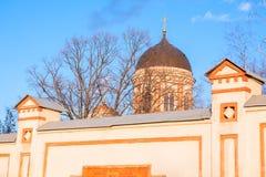 Kościół przeciw niebieskiemu niebu Zdjęcia Stock