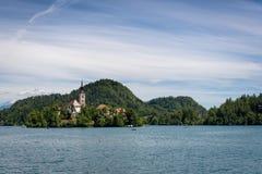 Kościół przy centrum jezioro obrazy royalty free