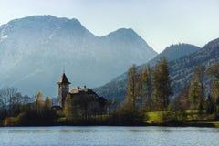 Kościół przy halnym jeziorem Fotografia Royalty Free