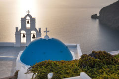 Kościół przy Santorini przy Złotym zmierzchem Fotografia Stock