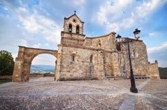 Kościół San Vincente Martir i San Sebastian przy półmrokiem, w Frias, Burgos, Hiszpania obrazy stock