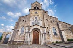 Kościół San Vincente Martir i San Sebastian przy półmrokiem, w Frias, Burgos, Hiszpania obraz stock