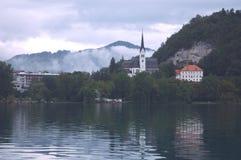 kościół się nad jezioro. Zdjęcia Royalty Free