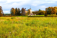 Kościół St George przy Voronich fortecą w Pushkinskiye Krwawym, Rosja - jesieni architektury krajobraz Obraz Royalty Free