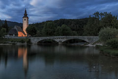 Kościół St John baptysta w Jeziornym Bohinj, sławny miejsce przeznaczenia nie daleko od jeziora Krwawił w Slovenia, przy zmierzch Obrazy Royalty Free