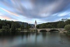 Kościół St John baptysta w Jeziornym Bohinj, sławny miejsce przeznaczenia nie daleko od jeziora Krwawił w Slovenia, przy zmierzch Obraz Royalty Free