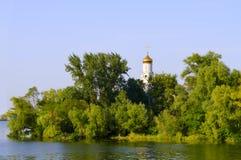 Kościół w drzewach na banku rzeka Zdjęcia Royalty Free