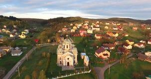 Kościół w miasteczku na zboczu widok z lotu ptaka zbiory