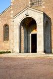 Kościół w turbigo zamykał cegła basztowego chodniczek Italy l zdjęcie stock