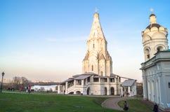 Kościół wniebowstąpienie wraz z czerepem Kościelny i dzwonkowy wierza St George, Kolomenskoye nieruchomości muzeum, Moskwa zdjęcie stock