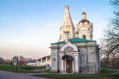 Kościół wniebowstąpienie wraz z czerepem Kościelny i dzwonkowy wierza St George, Kolomenskoye nieruchomości muzeum, Moskwa fotografia royalty free