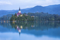 Kościół wniebowzięcie na wyspie Krwawić jezioro, Slovenia Zdjęcia Royalty Free