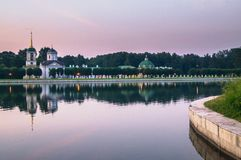 Kościół z dzwonkowy wierza obok stawu i parka pawilonu ` groty ` w nieruchomości Kuskovo, Moskwa Obraz Royalty Free