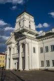 Kościół z głębokim błękit chmury niebem obraz stock