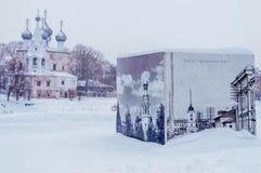 Kościół z kopułami na brzeg rzeki w zimie w Vologda Rosja fotografia stock